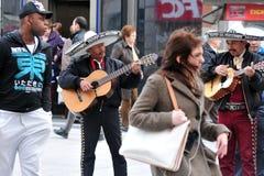 Meksykański uliczny muzyk bawić się gitarę w Madryt Hiszpania Obraz Stock