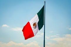 Meksykańskiej flagi falowanie w wiatrze na niebieskim niebie zdjęcia royalty free