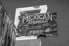 Meksyka?ska Ameryka?ska restauracja w historycznej wiosce Samotna sosna MARZEC 29, 2019 - SAMOTNY SOSNOWY CA, usa - obraz royalty free