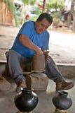 Meksykańska garncarka pracuje na wazie w San Bartolo Coyotepec Zdjęcie Stock
