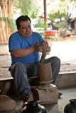 Meksykańska garncarka pracuje na wazie w San Bartolo Coyotepec Obrazy Royalty Free