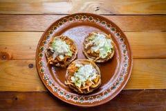 Meksyka?ski jedzenie: tinga sopes fotografia stock