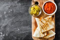 Meksykański quesadilla z kurczakiem, ser i pieprze na czerni, krytykujemy Zdjęcie Royalty Free
