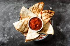 Meksykański quesadilla z kurczakiem, ser i pieprze na czerni, krytykujemy Zdjęcie Stock