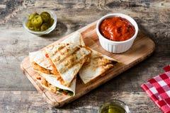 Meksykański quesadilla z kurczakiem, serem i pieprzami na drewnie, Obraz Royalty Free