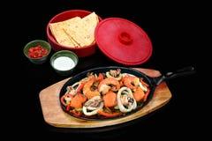 Meksykanów naczynia z garnelą, kałamarnicą, łososiem i chlebem na czarnym bac, Obrazy Stock