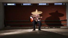 Meksykanin bawić się gitara całkowitego plan zdjęcie wideo