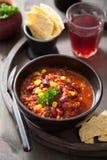 Meksykanin Chili con carne w czarnym pucharze z tortilla Zdjęcia Royalty Free