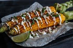 Meksykanin piec na grillu kukurudzy, elote, ciemna fotografia Fotografia Stock