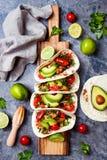 Meksykanin piec na grillu kurczaka tacos z avocado, pomidor, cebula na wieśniaka kamienia stole Przepis dla Cinco de Mayo przyjęc Fotografia Royalty Free