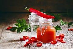 Meksykanina Tabasco gorący kumberland z czerwonym pieprzem, octem i solą, sel fotografia stock