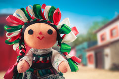 Meksykańska gałganiana lala w tradycyjnej sukni na meksykańskiej wiosce Obrazy Stock