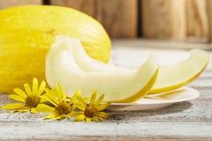 Melão amarelo o melão encontra-se na tabela foto de stock