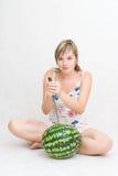 Melão da menina, da faca e de água Imagem de Stock