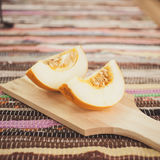 Melão fresco em uma placa de corte de madeira Imagens de Stock