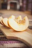 Melão fresco em uma placa de corte de madeira Fotografia de Stock Royalty Free
