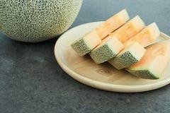 Melão fresco no prato de madeira imagem de stock