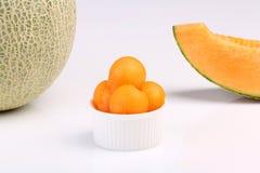 Melão orgânico do cantalupo isolado no fundo branco Imagens de Stock