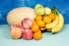 Melón de la cosecha; melocotón; kiwi; mandarín; albaricoque; manzana Imágenes de archivo libres de regalías