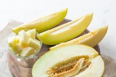 Melón grande y amarillo maduro Corte en pedazos Fondo apetitoso Alimento sano imagenes de archivo