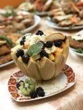 Melón llenado de la ensalada de fruta fresca Foto de archivo