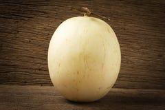 melón ( sunlady) en la madera vieja Mañana fotografía de archivo