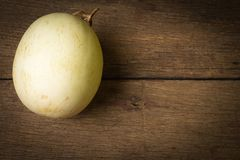 melón ( sunlady) en la madera vieja Mañana imagenes de archivo