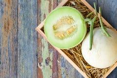Melón verde del cantalupo en la caja de madera fotos de archivo libres de regalías