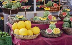 Melões e melancias maduros no mercado de fruto, Catania, Sicília, Itália imagens de stock royalty free