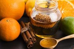 Mel com citrinos e canela Foto de Stock Royalty Free