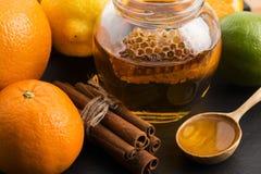 Mel com citrinos e canela Imagem de Stock