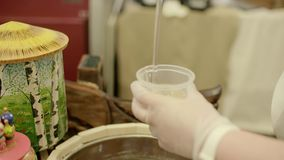Mel doce no frasco de madeira vídeos de arquivo