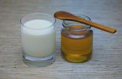 mel e leite para o café da manhã foto de stock royalty free