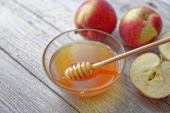 Mel e maçãs rústicos da bacia na tabela de madeira Alimento tradicional da celebração pelo ano novo judaico Conceito Rosh Hashana Fotografia de Stock