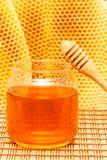 Mel no frasco com dipper e no favo de mel na esteira Imagem de Stock Royalty Free