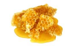 Mel nos favos de mel isolados no branco Imagem de Stock Royalty Free
