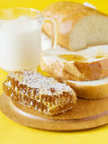 Mel, pão e leite Fotografia de Stock Royalty Free