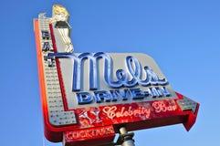 Mel ` s kino drive-in Podpisuje wewnątrz jasnego niebieskie niebo Obrazy Royalty Free