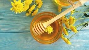 Mel, sobremesa natural do ingrediente da flor do crisântemo no fundo de madeira, movimento lento video estoque