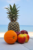 Mela arancio dell'ananas sulla spiaggia Fotografia Stock