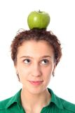 Mela d'equilibratura della donna sulla testa Fotografie Stock