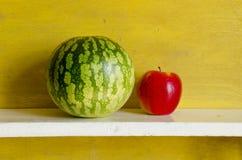 Mela di colore rosso dell'anguria. Alimento naturale sano della frutta Fotografia Stock Libera da Diritti