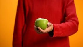 Mela di verde della tenuta della donna, nutrizione sana, stile di vita vegetariano, stante a dieta fotografia stock libera da diritti
