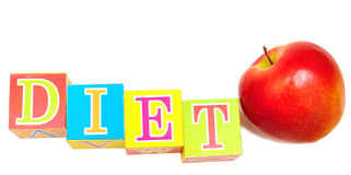 Mela e cubi rossi con le lettere - dieta Fotografia Stock