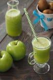 Mela e succo verdi del kiwi Fotografia Stock