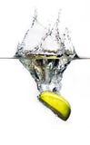 Mela fresca che spruzza all'acqua Fotografie Stock Libere da Diritti