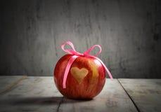 Mela fresca con cuore per il giorno di S. Valentino Immagine Stock Libera da Diritti
