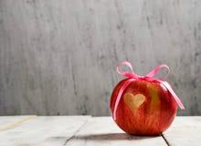 Mela fresca con cuore per il giorno di S. Valentino Fotografie Stock Libere da Diritti