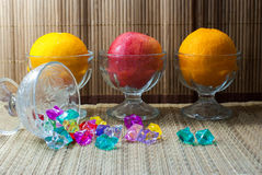Mela fresca con le arance Fotografie Stock
