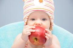 Mela organica del morso della neonata Fotografia Stock